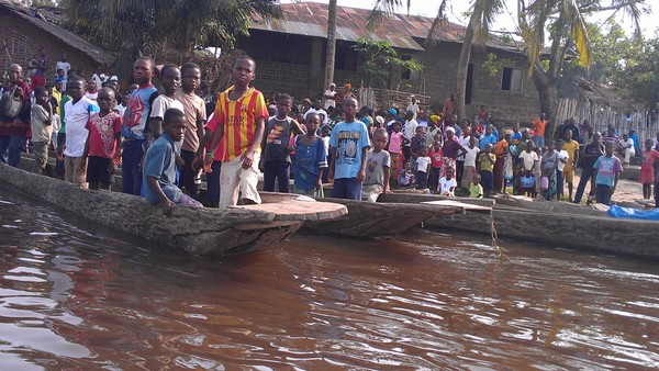 Children at the Lokutu landing on the Congo River. (Photo: GRAIN)