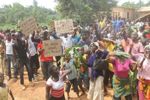 Rural land conflicts are the order of the day in Côte d'Ivoire. In this photo, the people of a village in the Memni forest express their opposition to the assignment of their lands to a corporation by the local authorities. Photo: DR
