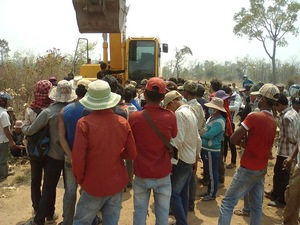 Community members physically blocking the clearing of their land. (Photo: Sangke II community)