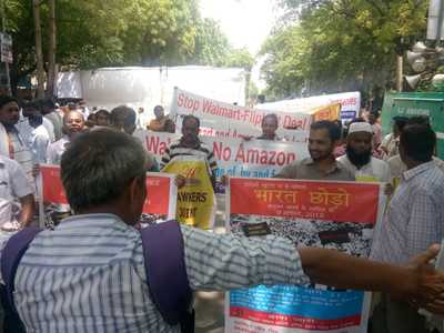 Traders, farmers, workers and citizens groups decry green-light to Walmart-Flipkart deal – Call on Quit India day for joint struggle against foreign e-commerce-image